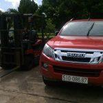 Nhân viên kỹ thuật vận hành thử xe nâng sau khi sửa chữa .