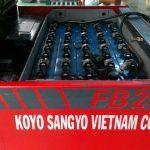 Nhân viên kỹ thuật kiểm tra hệ thống điện xe nâng hàng .