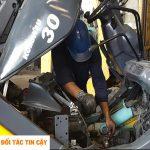 nhân viên ASA sửa chữa xe nâng