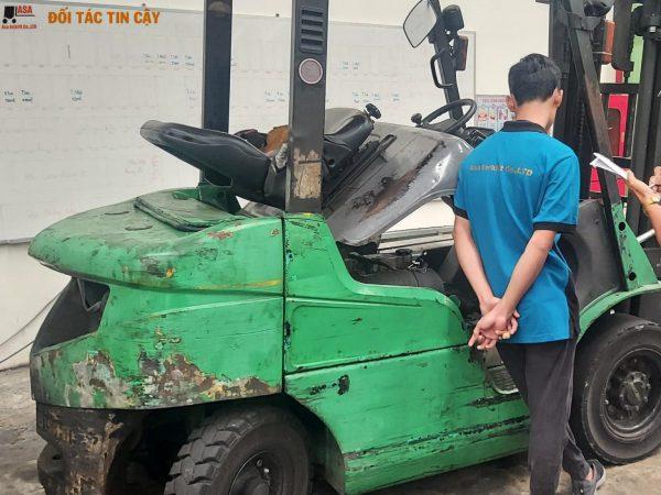 nhân viên asa kiểm tra xe nâng