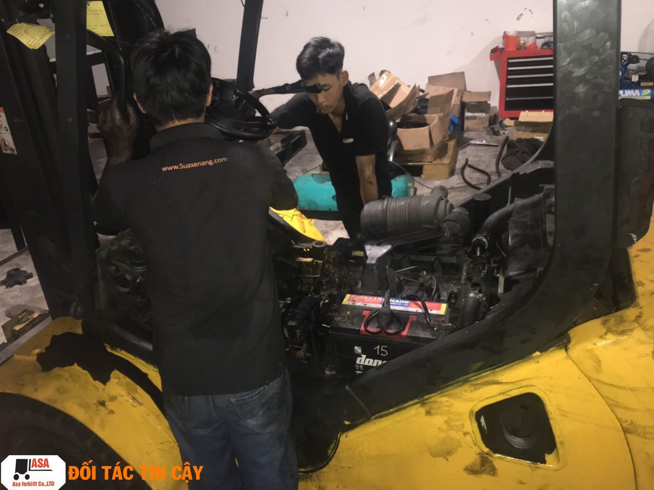 Nhân viên Asa sửa xe nâng chuyên nghiệp