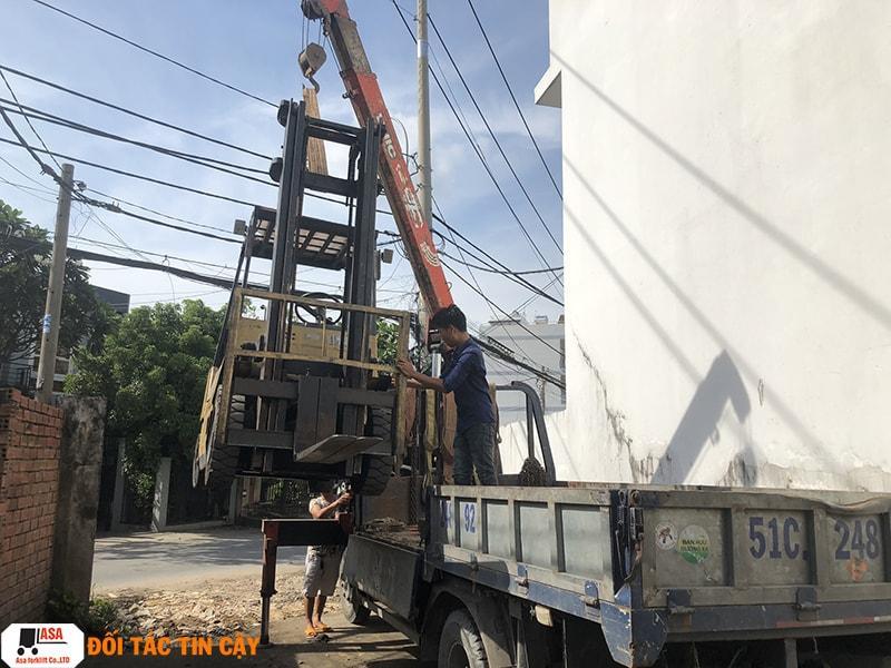 Kỹ Thuật ASA cẩu xe nâng về kho để sửa chữa