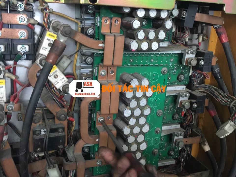 Các boar mạch của xe nâng điện đã hư được nhân viên Asa thay thế bằng boar mạch mới