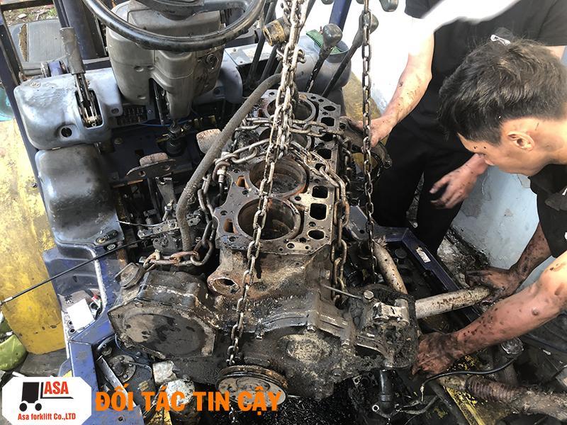 Kỹ thuật ASA tận tâm sửa xe nâng một cách chuyên nghiệp.