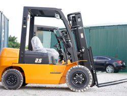 Xe nâng là thiết bị có tác dụng di chuyển và nâng hạ hàng hóa