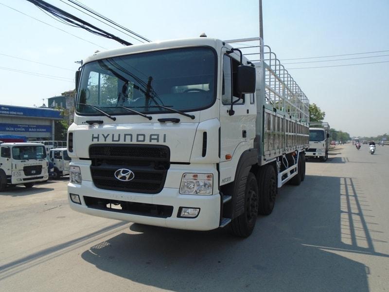 Xe tải 4 chân HYUNDAI là một chiếc xe tải mà nhiều cánh tài xế ao ước vì công suất mạnh mẽ của xe