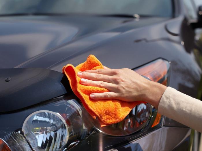 Việc vệ sinh định kỳ có thể loại bỏ những thức ăn rơi rớt, đất, cát hoặc rác có ở các vị trí khó thấy trên xe