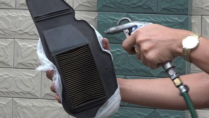 Bạn chỉ nên dùng các loại nước rửa chuyên dụng xịt hoặc rửa ở những vị trí dễ tích tụ mùi trên ô tô