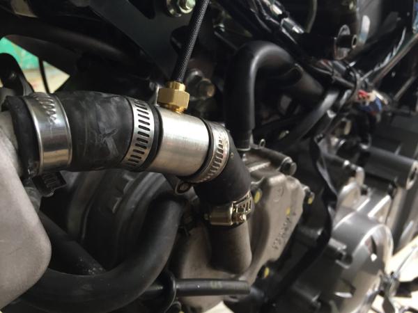 ECU sẽ điều khiển để giảm lượng xăng phun và góc đánh lửa sớm khi nhiệt độ động cơ tăng cao