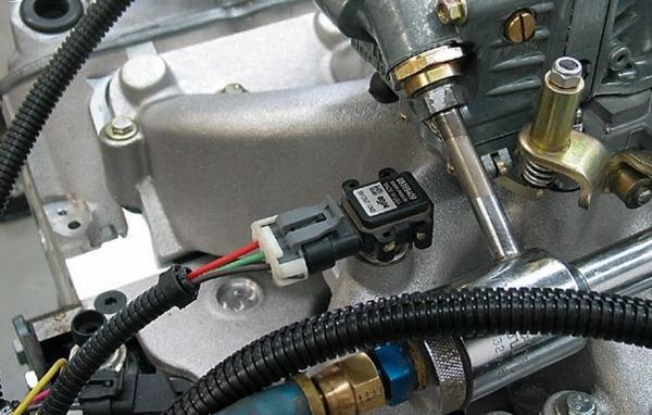 Cam bien nhiet do thường có vị trí nằm gần van hằng nhiệt trên nắp máy