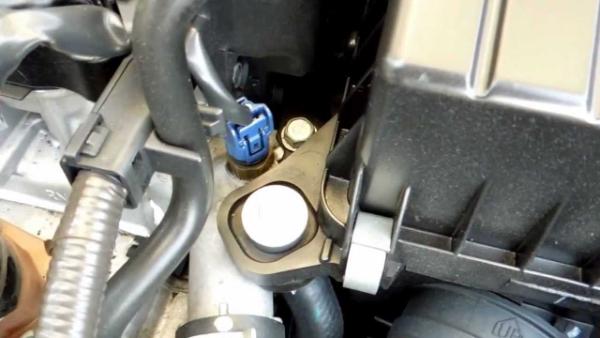 Một số dấu hiệu cho thấy sự hư hỏng và lỗi ở cảm biến ECT sẽ rõ ràng khi dây, giắc cắm lỏng hoặc bị ăn mòn