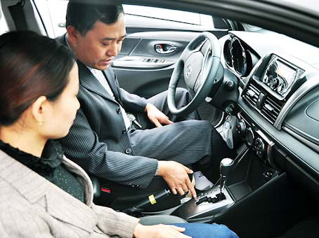 Kỹ thuật lái xe ô tô cơ bản là cầm vô lăng bằng cả hai tay sao cho thoải mái, linh hoạt nhất