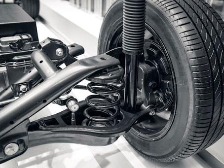 Nhờ có bộ phận giảm chấn mà sự dao động của thân xe và bánh xe được giảm thiểu tối đa