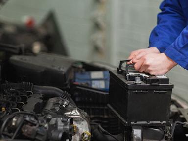 Nhiệm vụ của bình ắc quy là cung cấp nguồn năng lượng khi khởi động xe